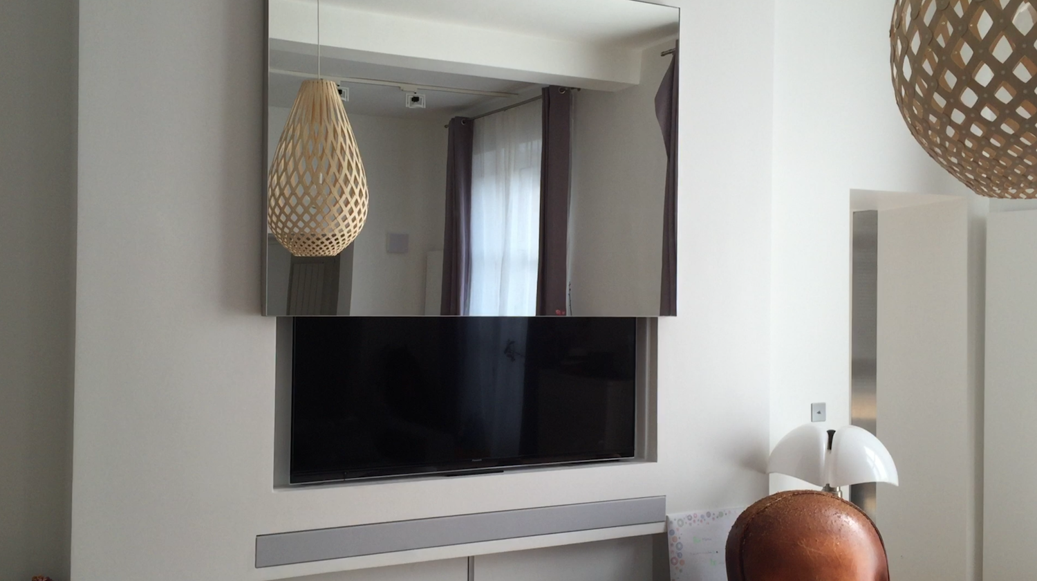 Tvs hidden tv and decor on pinterest - Comment cacher fils derriere meuble tv ...